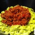 Pâtes fraîches au basilic et sauce bolognaise - la recette