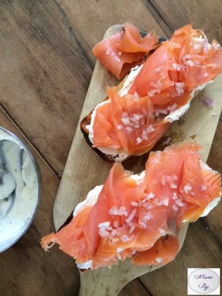 Tartine au saumon fumé, échalotes et fromage frais - la recette