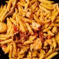 Penne au poulet, mozzarella et tomates confites - la recette
